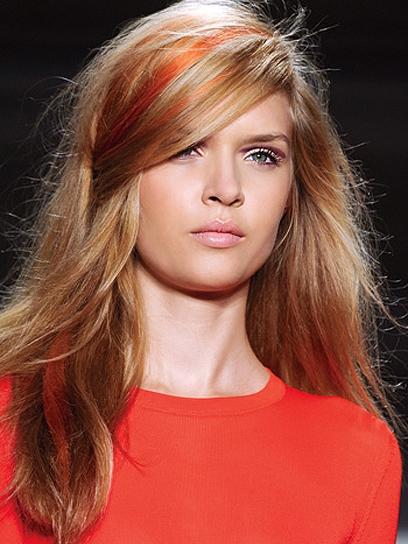 Цветная прядь на русых волосах